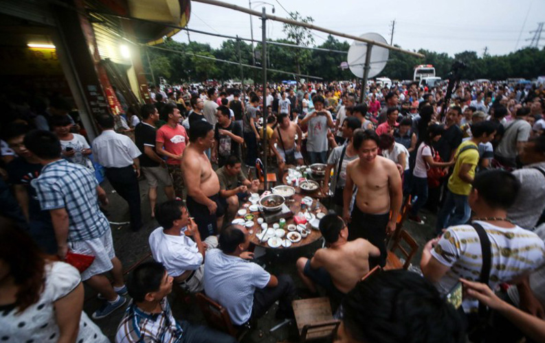 Last year's photo of crowded Jiangbin Road where dog meat restaurants were concentrated.